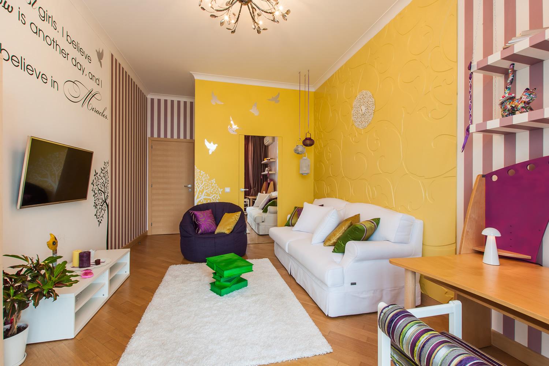 Желтые и бело-розовые стены в гостиной