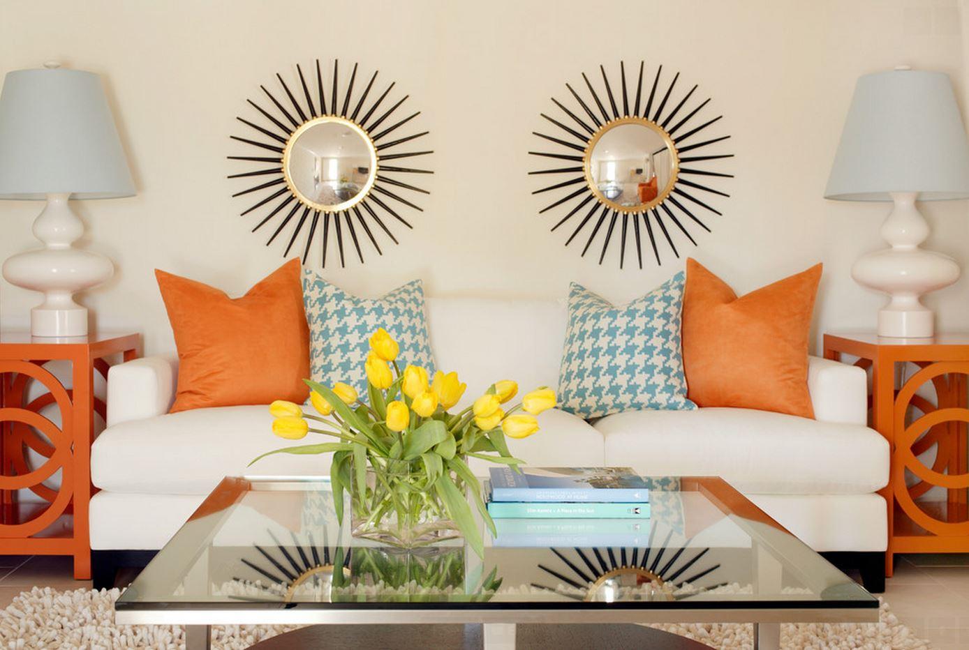 Оранжево-голубые акценты в бежевой гостиной