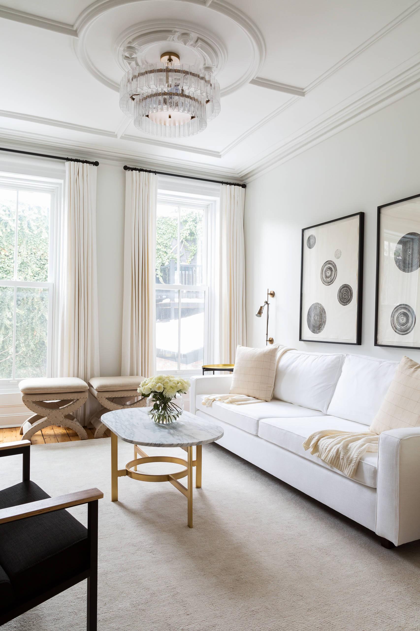 Белый, кремовый и черный цвета в гостиной