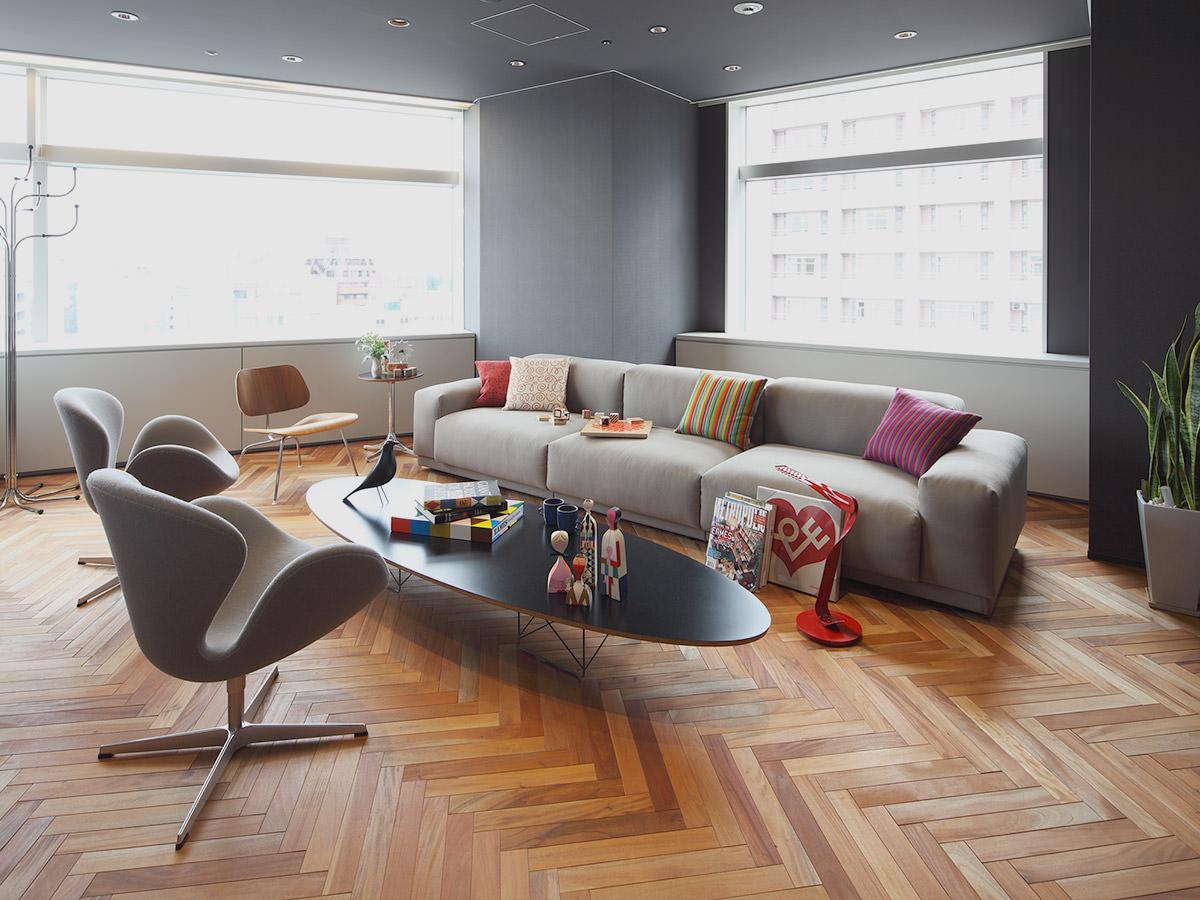 Серо-коричневая современная гостиная