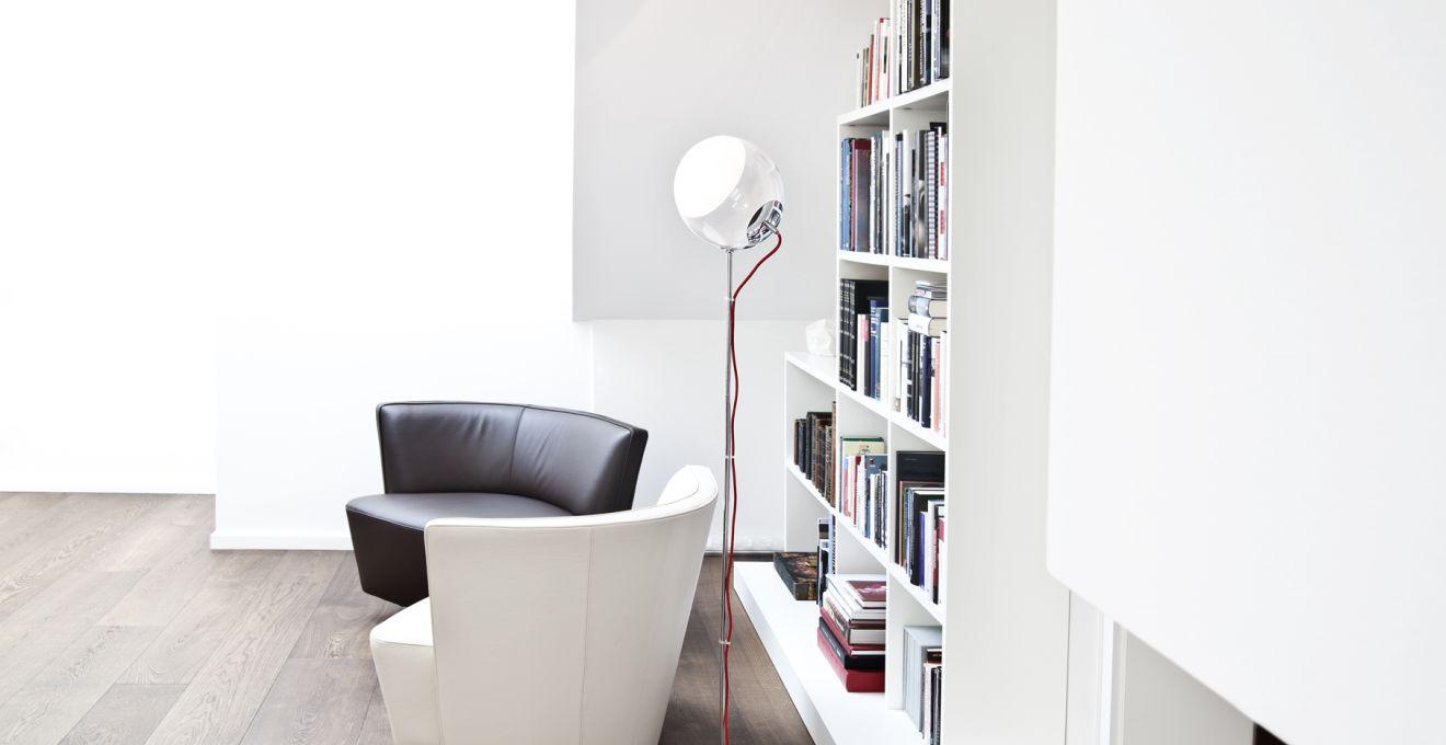 Черный, белый и коричневый цвета в минималистичной гостиной