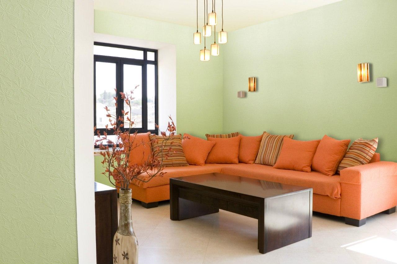 Оранжевый угловой диван в гостиной