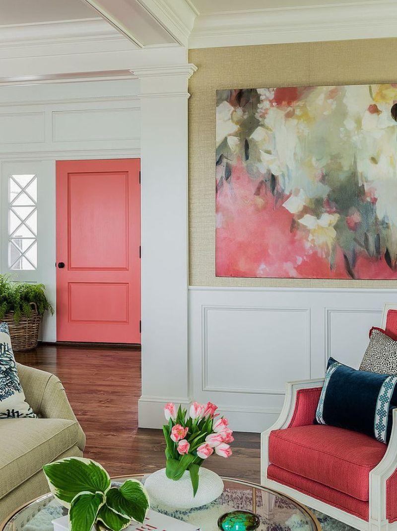 Коралловый, белый, бежевый и коричневый цвета в интерьере гостиной