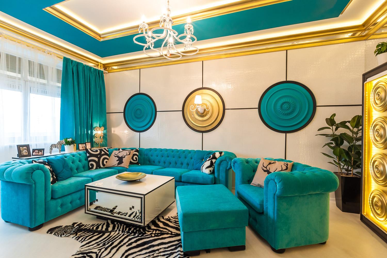 Изумрудный, золотой, белый и черный цвета в интерьере гостиной