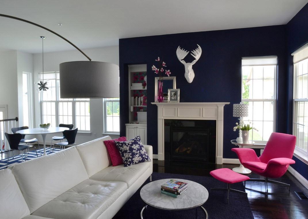 Синий, белый и коричневый цвета в интерьере гостиной