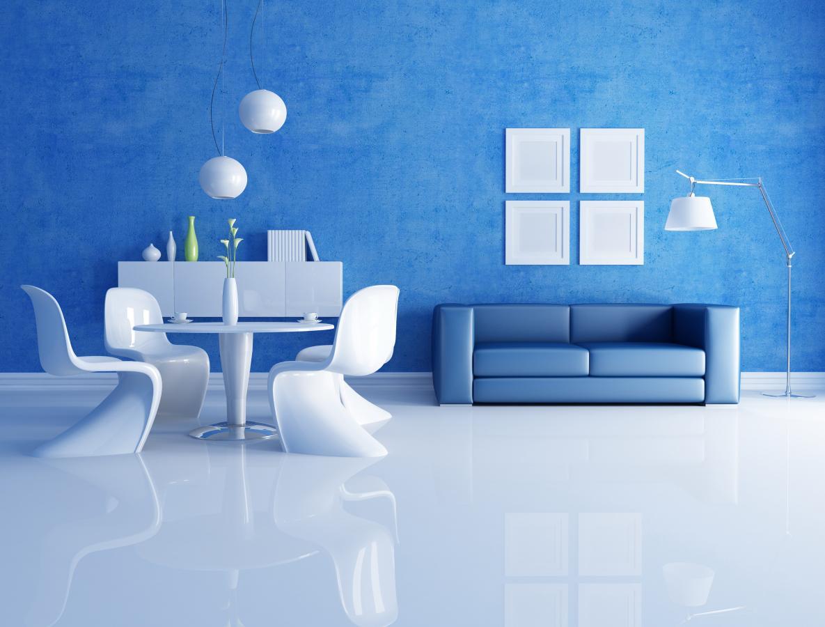 Голубые стены в большой гостиной с белым полом