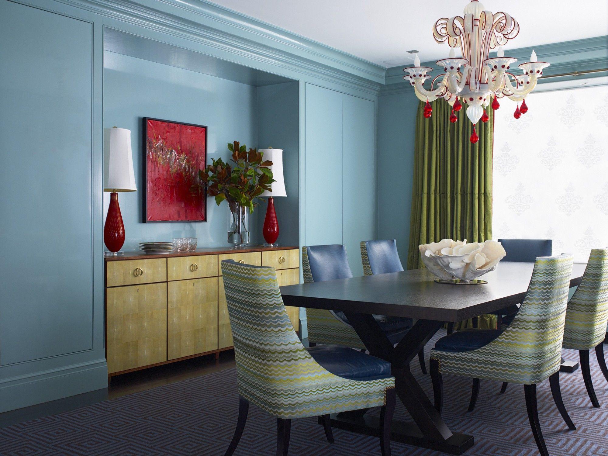 Голубые стены в гостиной-столовой