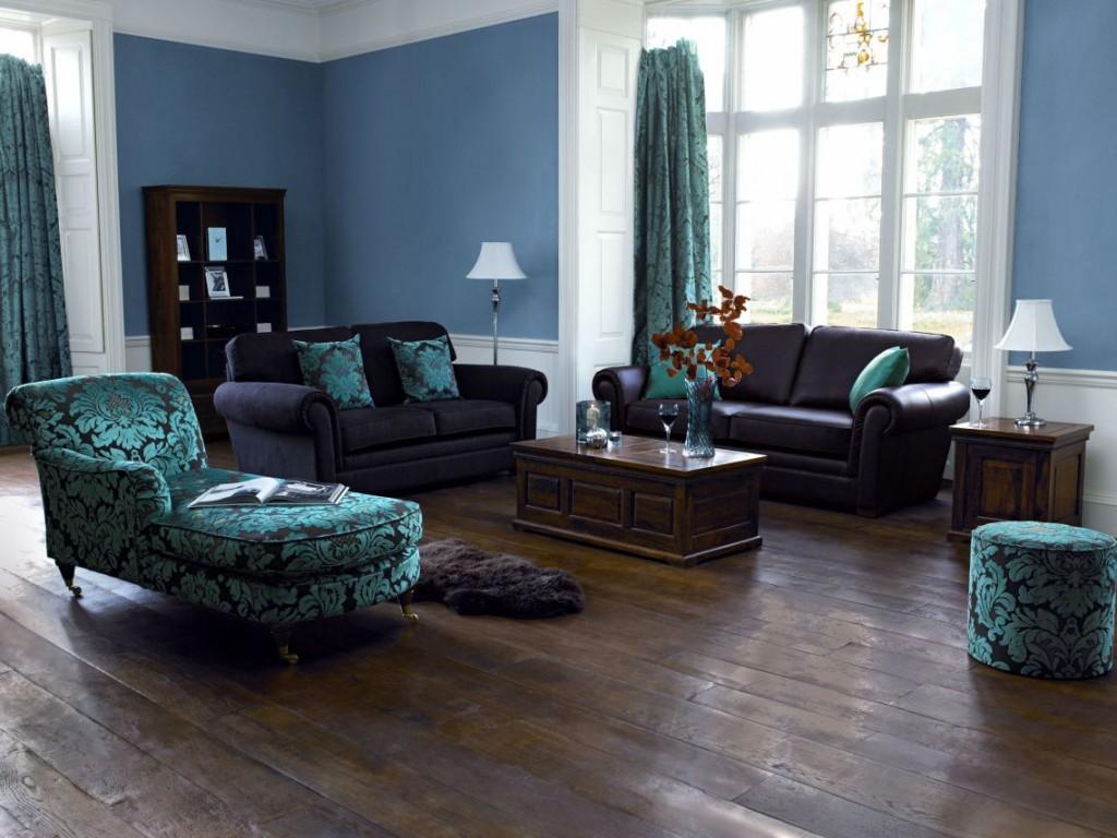 Бело-голубые стены в гостиной