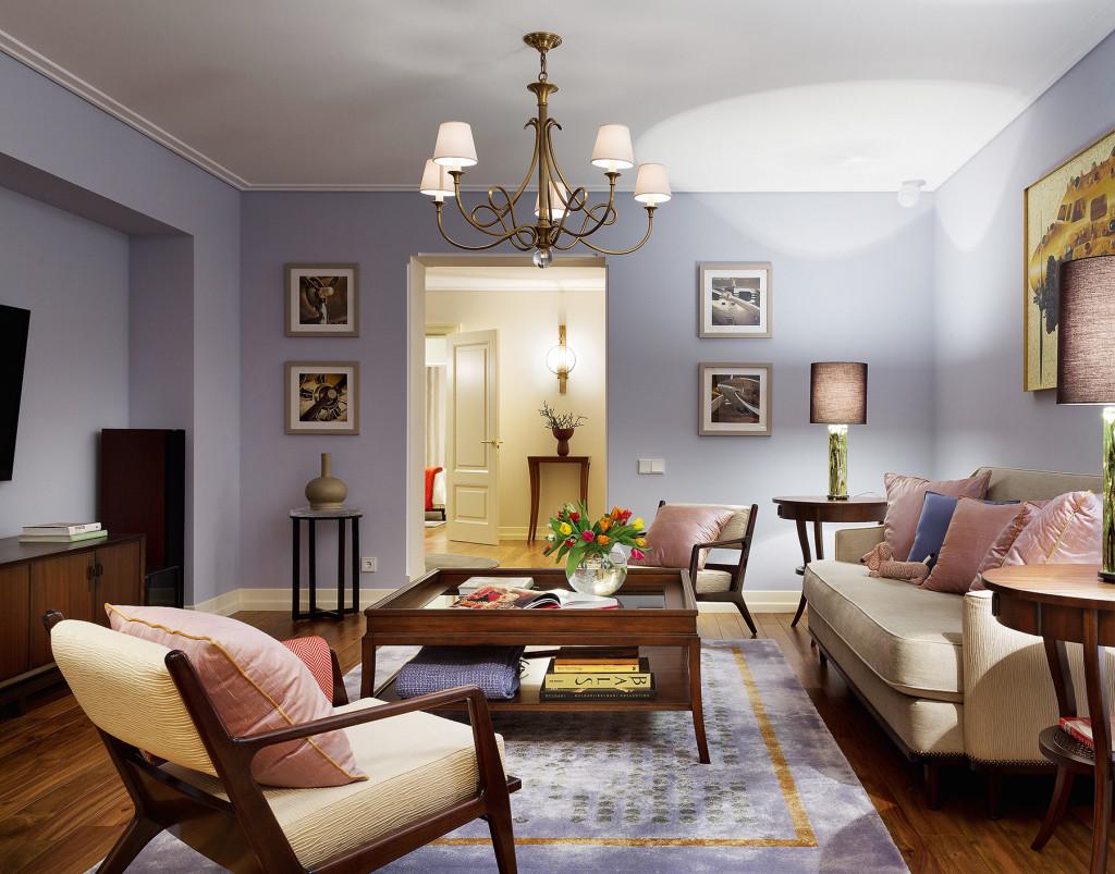 Бежевый, голубой и коричневый цвета в интерьере гостиной