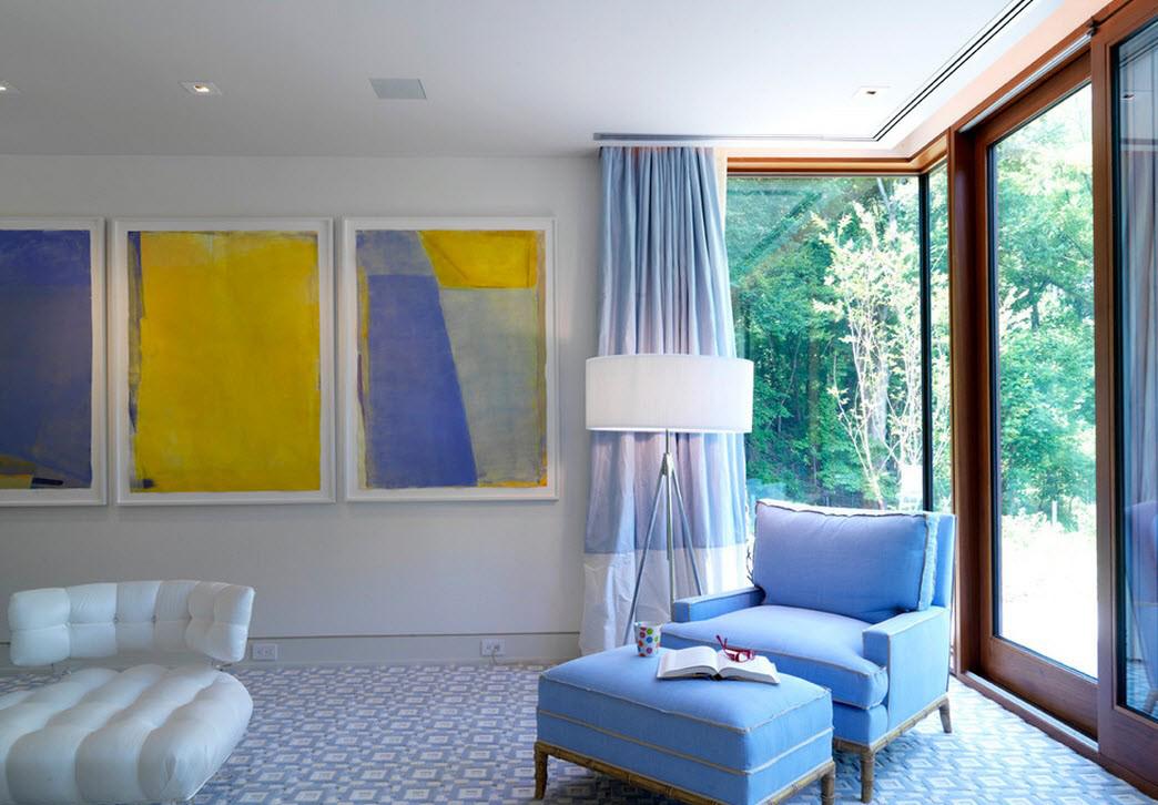 Голубой, желтый и белый цвета в гостиной