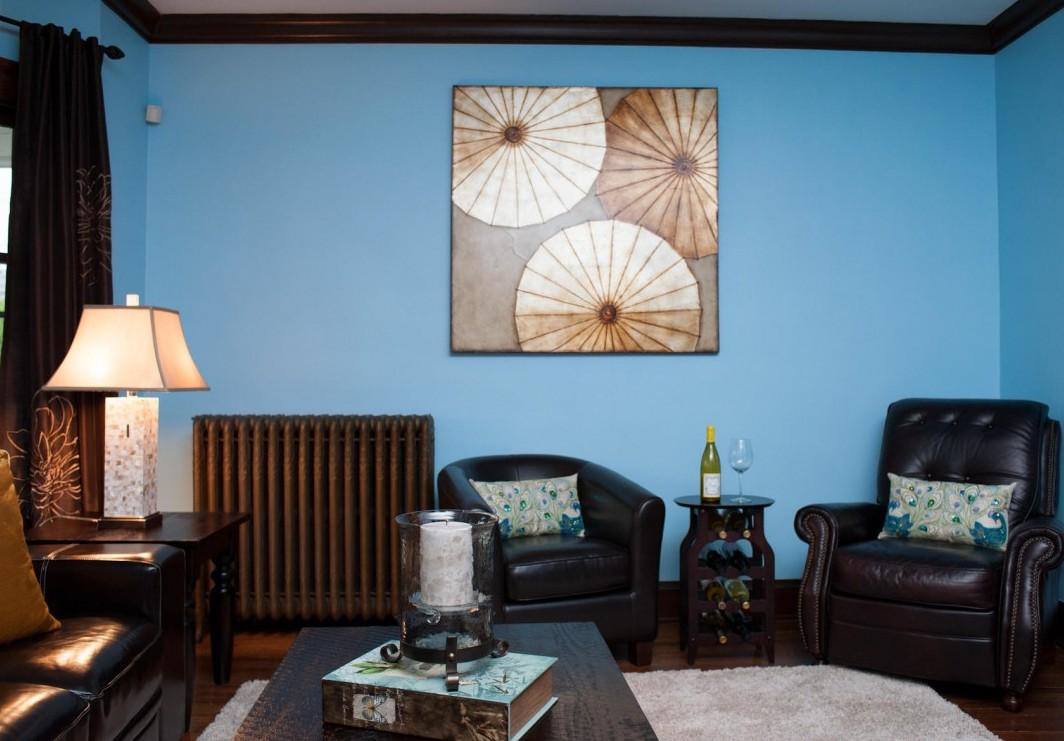 Насыщенные голубые стены в гостиной
