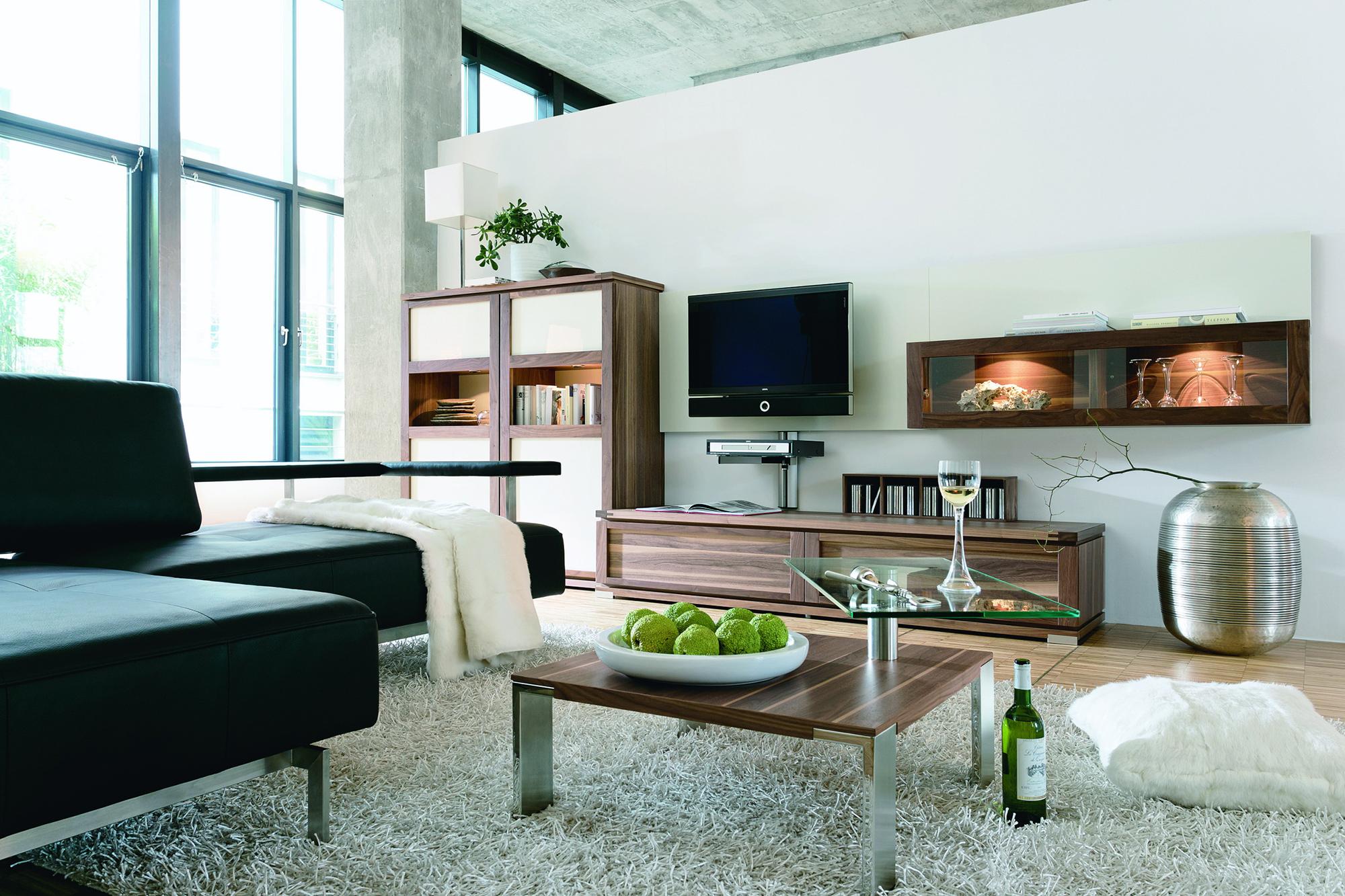 Коричнево-белая мебель в гостиной