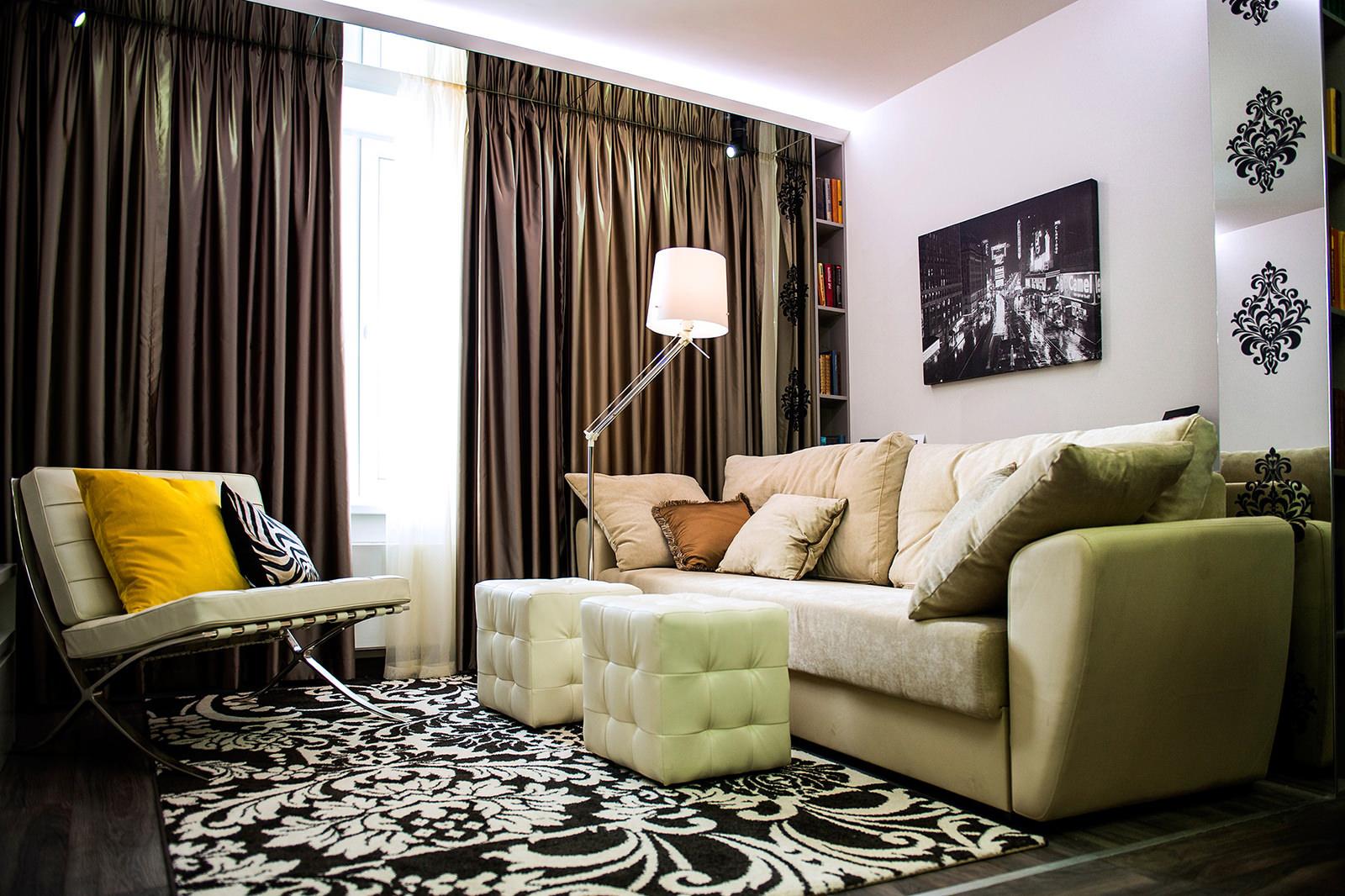 Коричневые шторы и зеркальная полоса в черно-белой гостиной