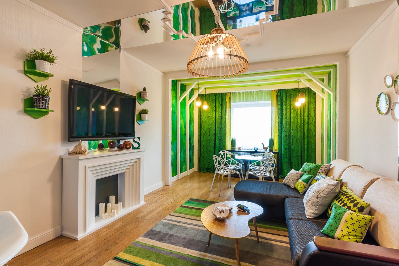 Зеркальный акцент в бело-зеленой гостиной