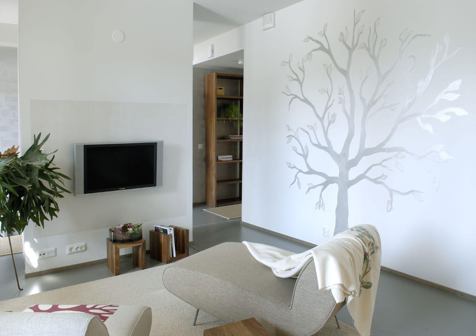 Рисунок на стене в светлой гостиной