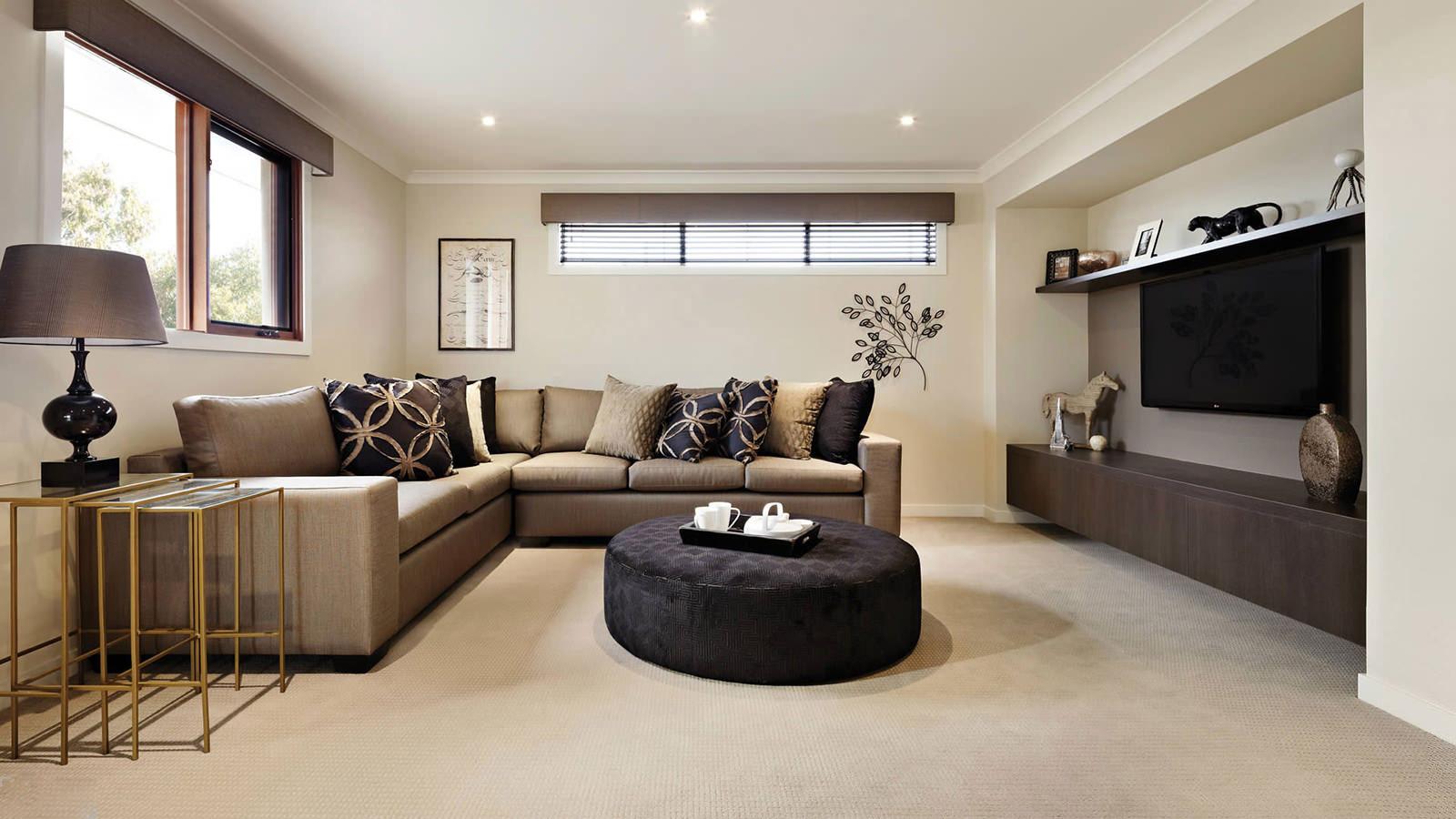 Черный пуф и подушки в гостиной