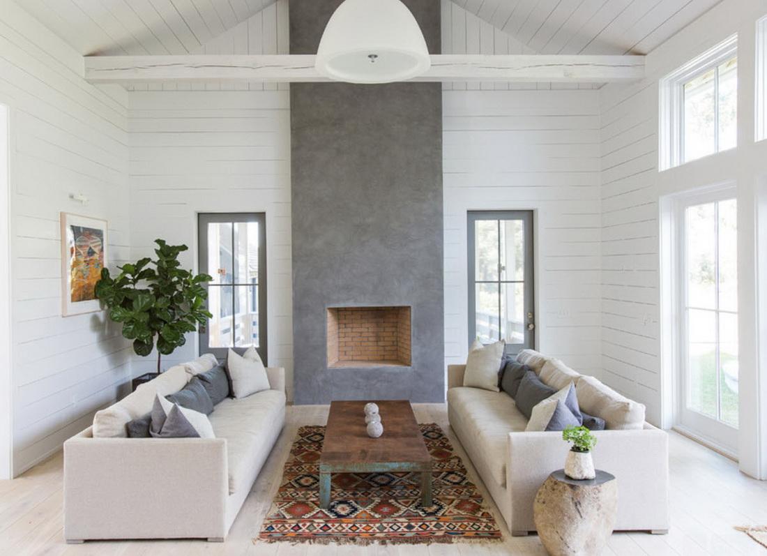 Красивый ковер в серо-белой гостиной