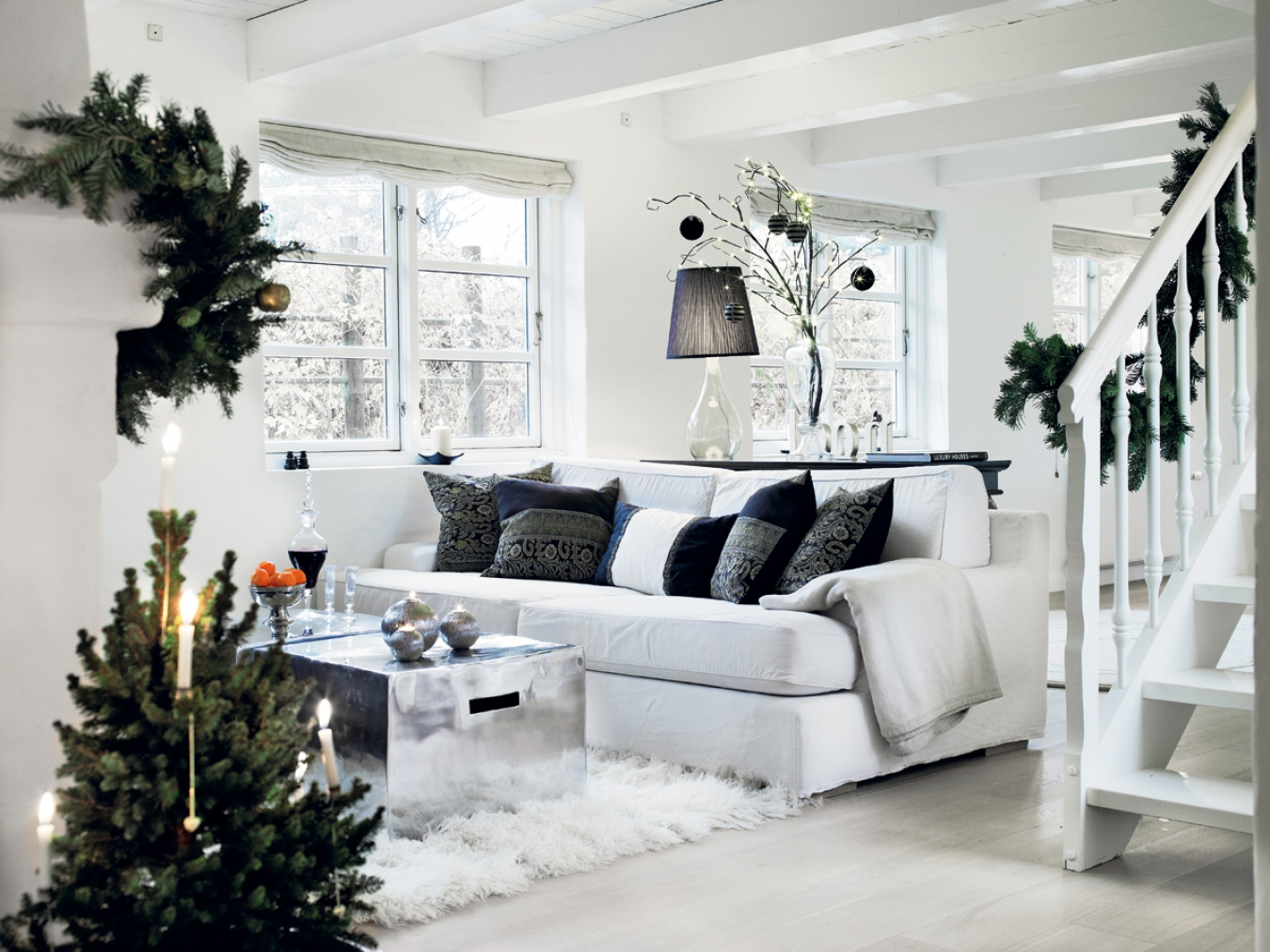 Красивый новогодний декор в светлой гостиной
