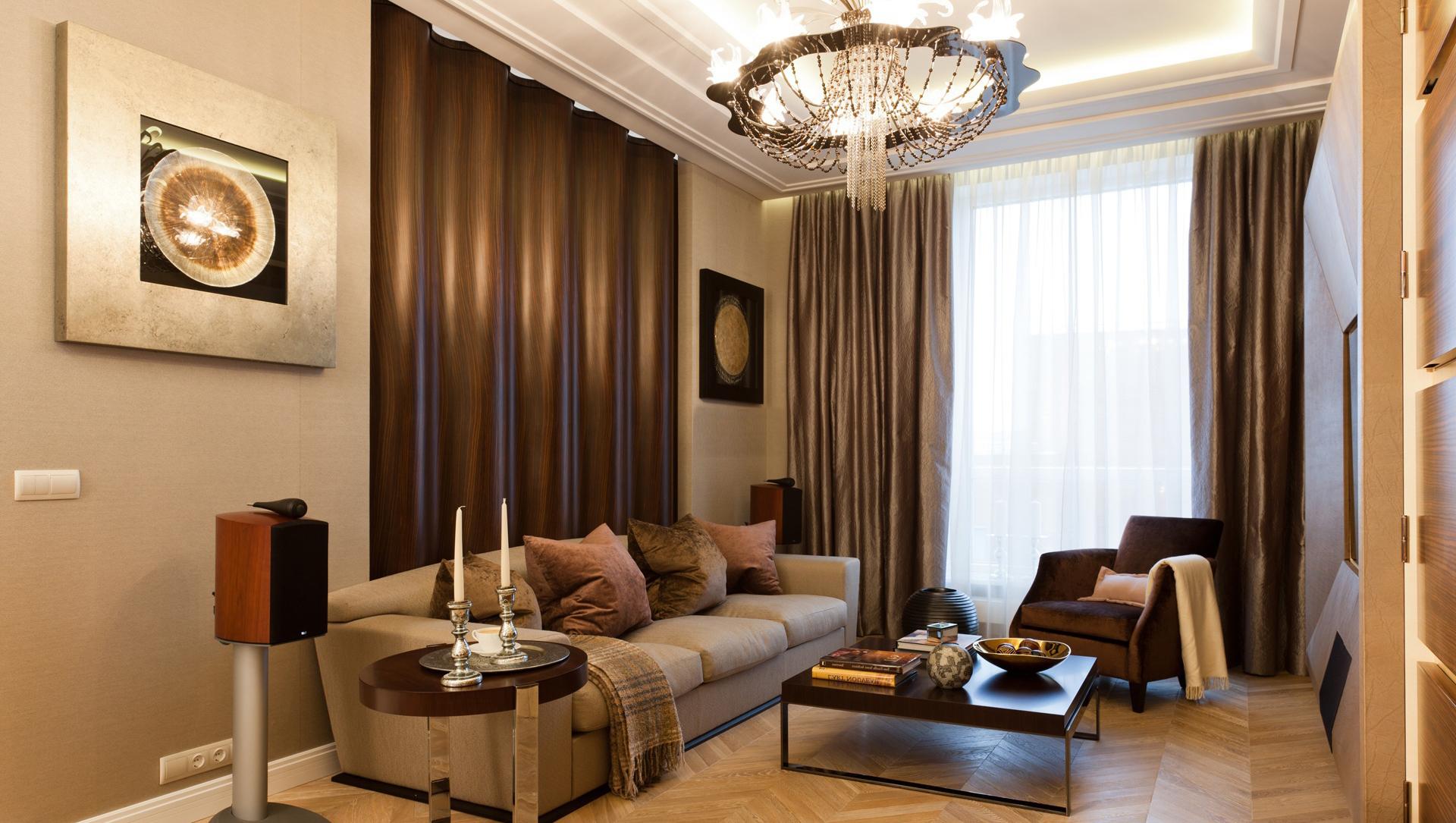 Серебристые элементы в гостиной
