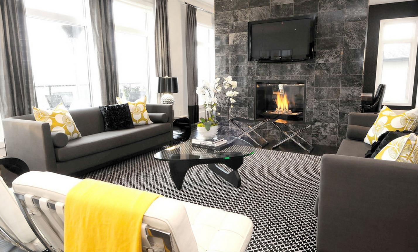Желтые акценты в черно-белой гостиной с камином