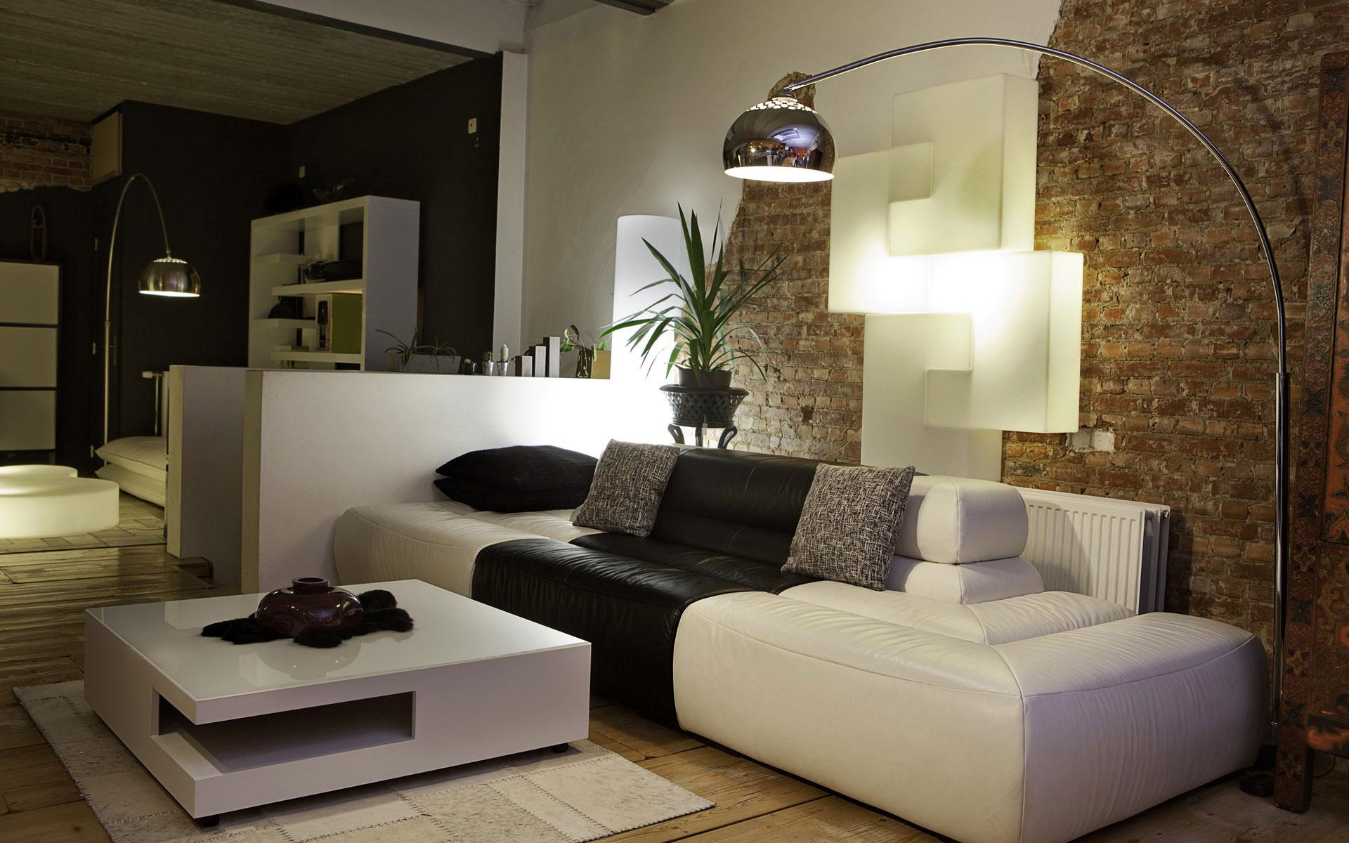 Красивые напольная и настенная лампы в интерьере гостиной