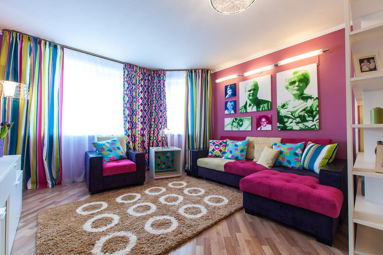 Розовые стены и акценты в интерьере гостиной