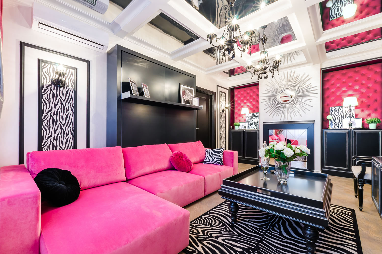 Розовый, черный, белый и бежевый цвета в интерьере гостиной