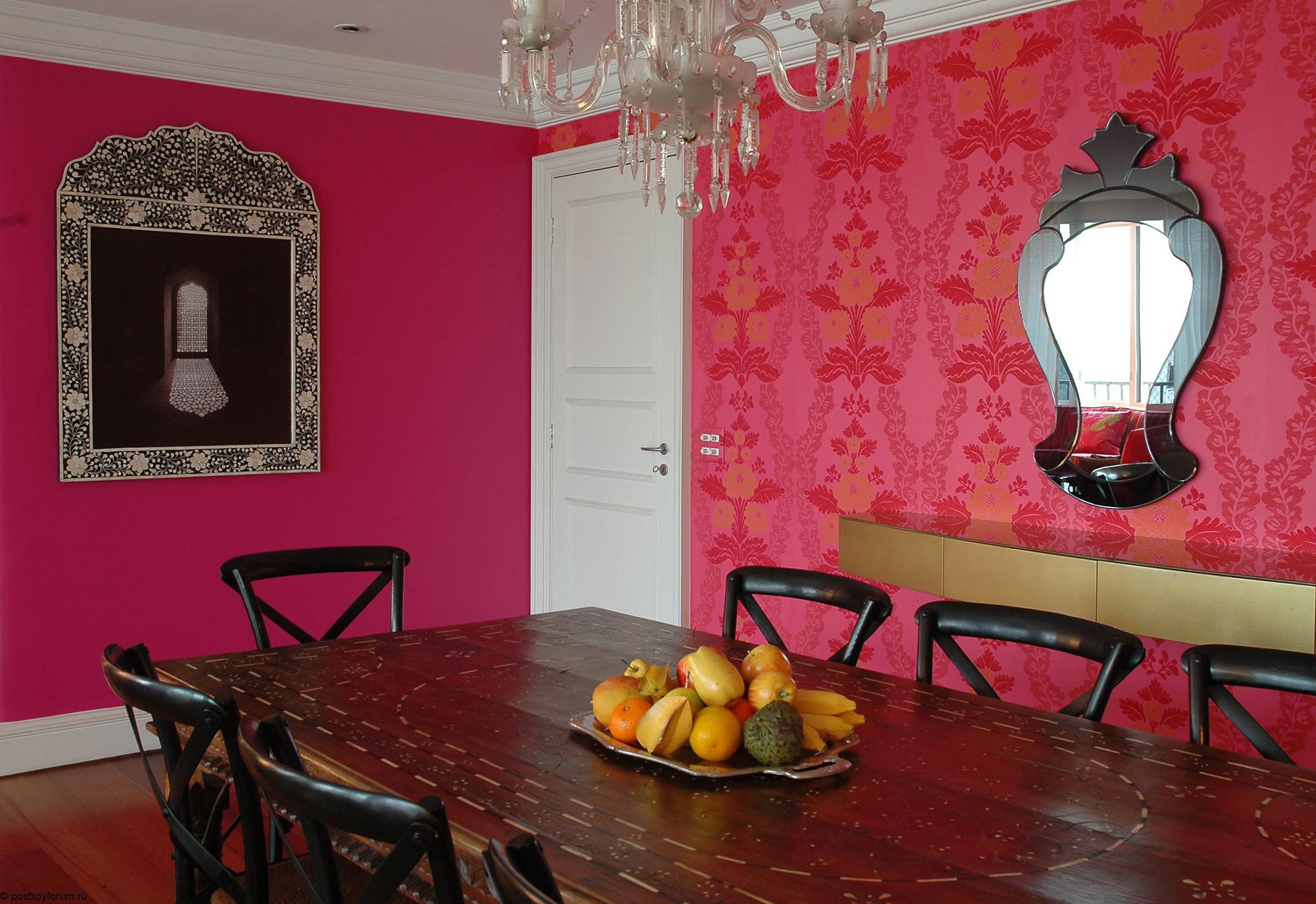 Розовые обои в гостиной-столовой