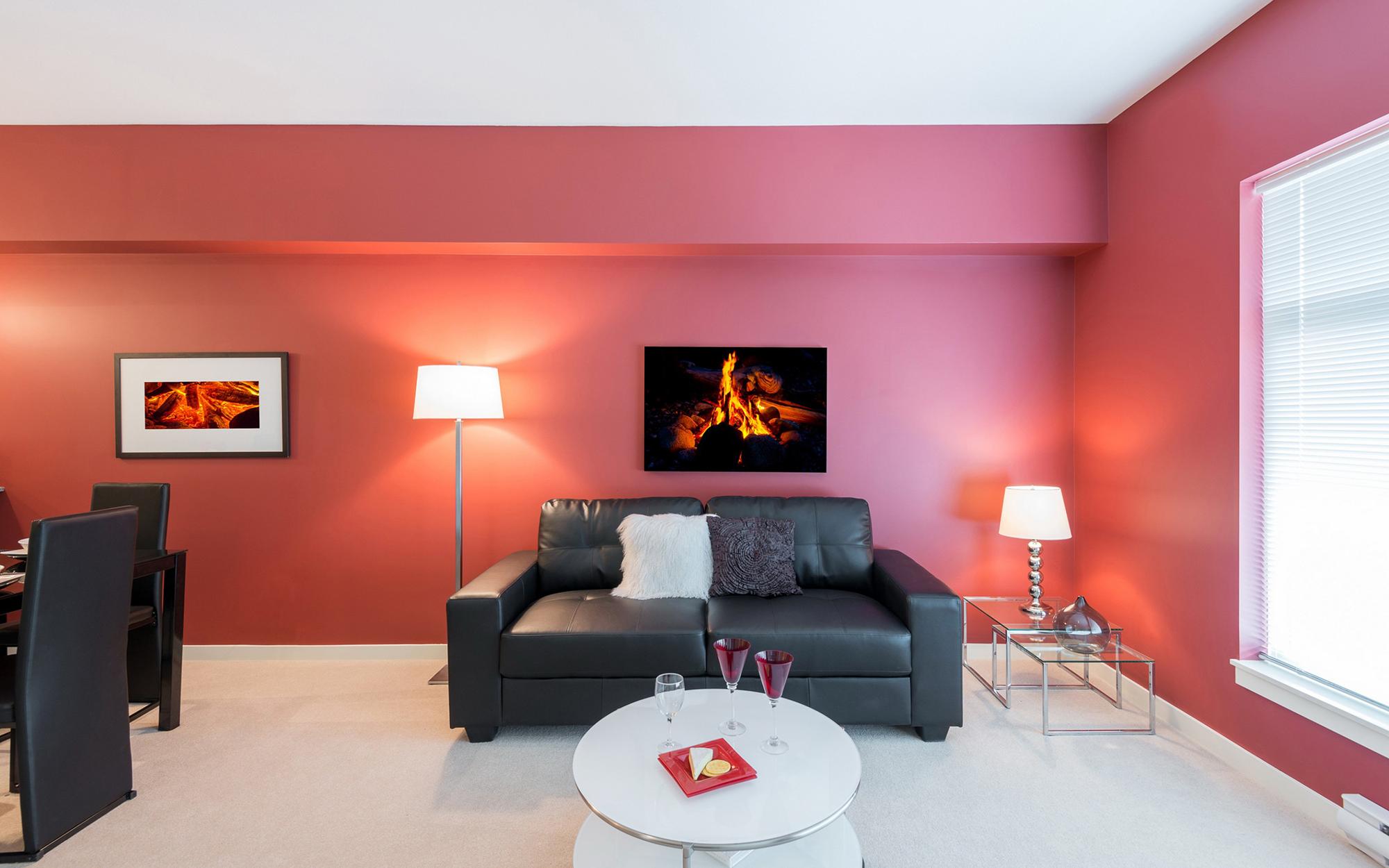 Розовый, черный и белый цвета в интерьере гостиной