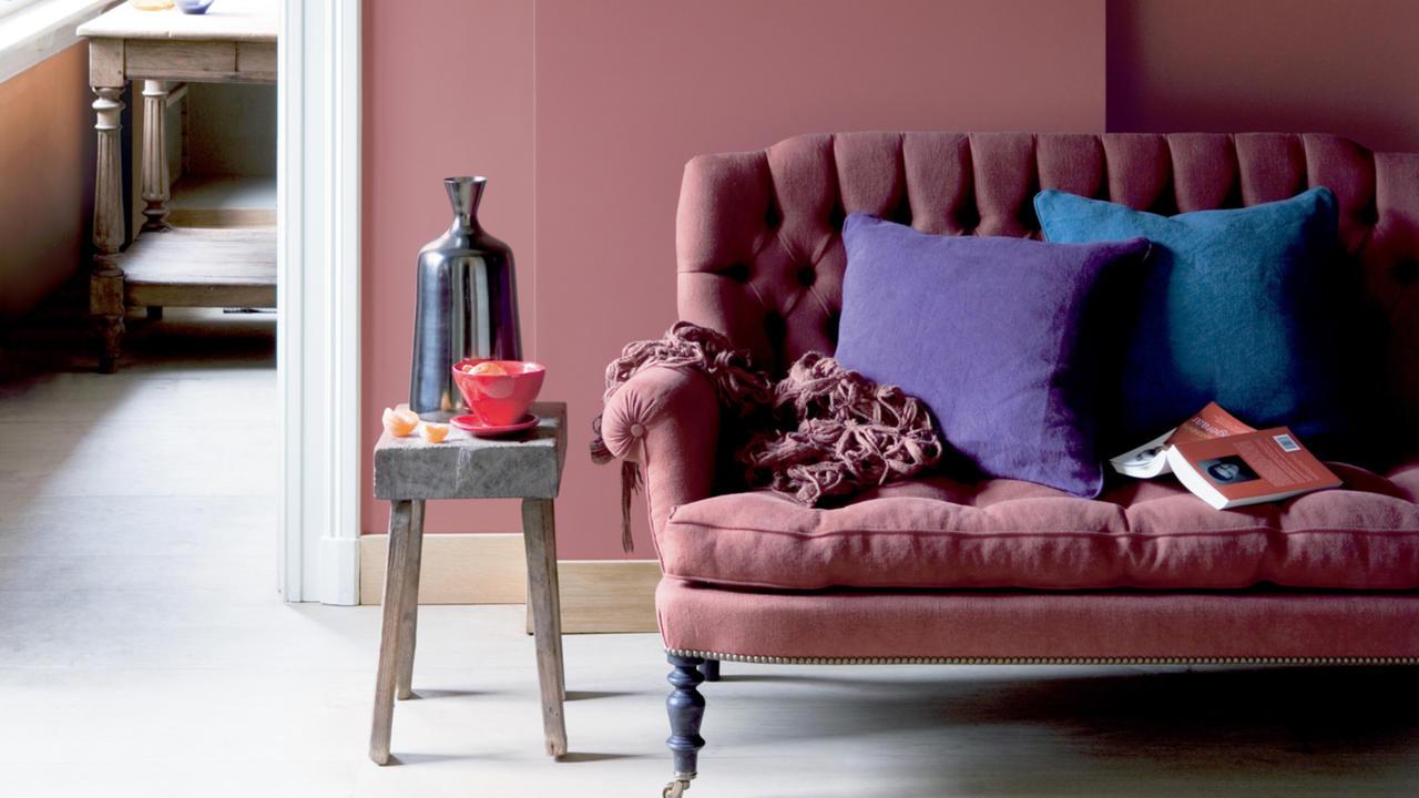 Пастельный розовый цвет в интерьере гостиной