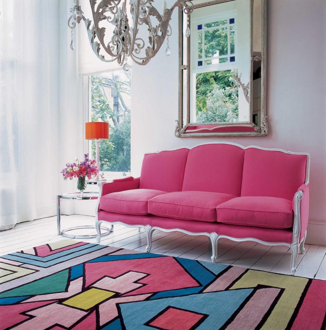 Розово-белый диван и ковер с розовыми акцентами в светлой гостиной