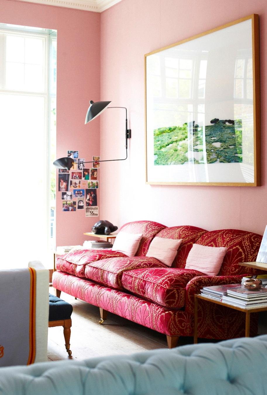 Розовые стены и декоративные подушки в гостиной