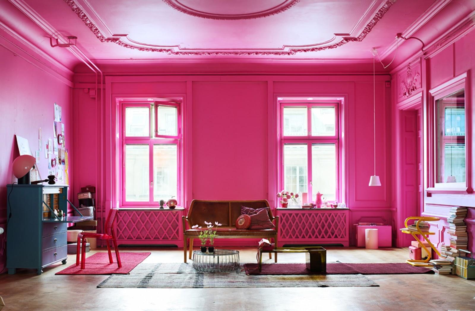 Розовые стены и потолок в гостиной