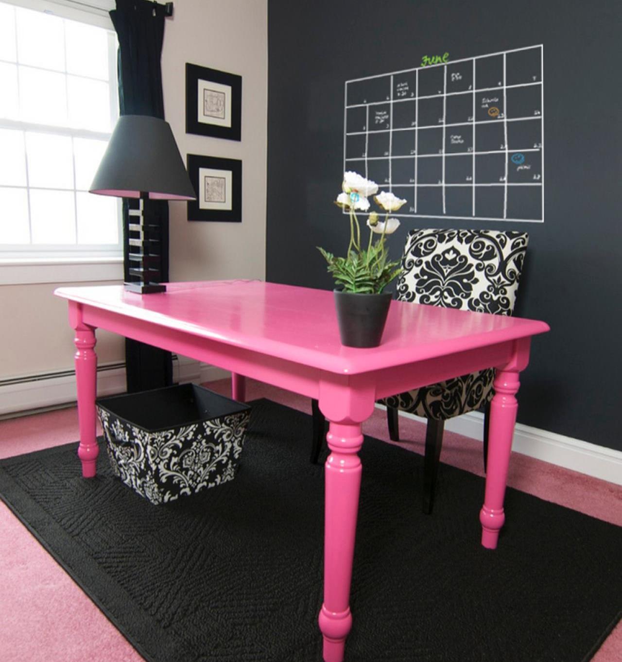 Розовый стол и ковер в интерьере