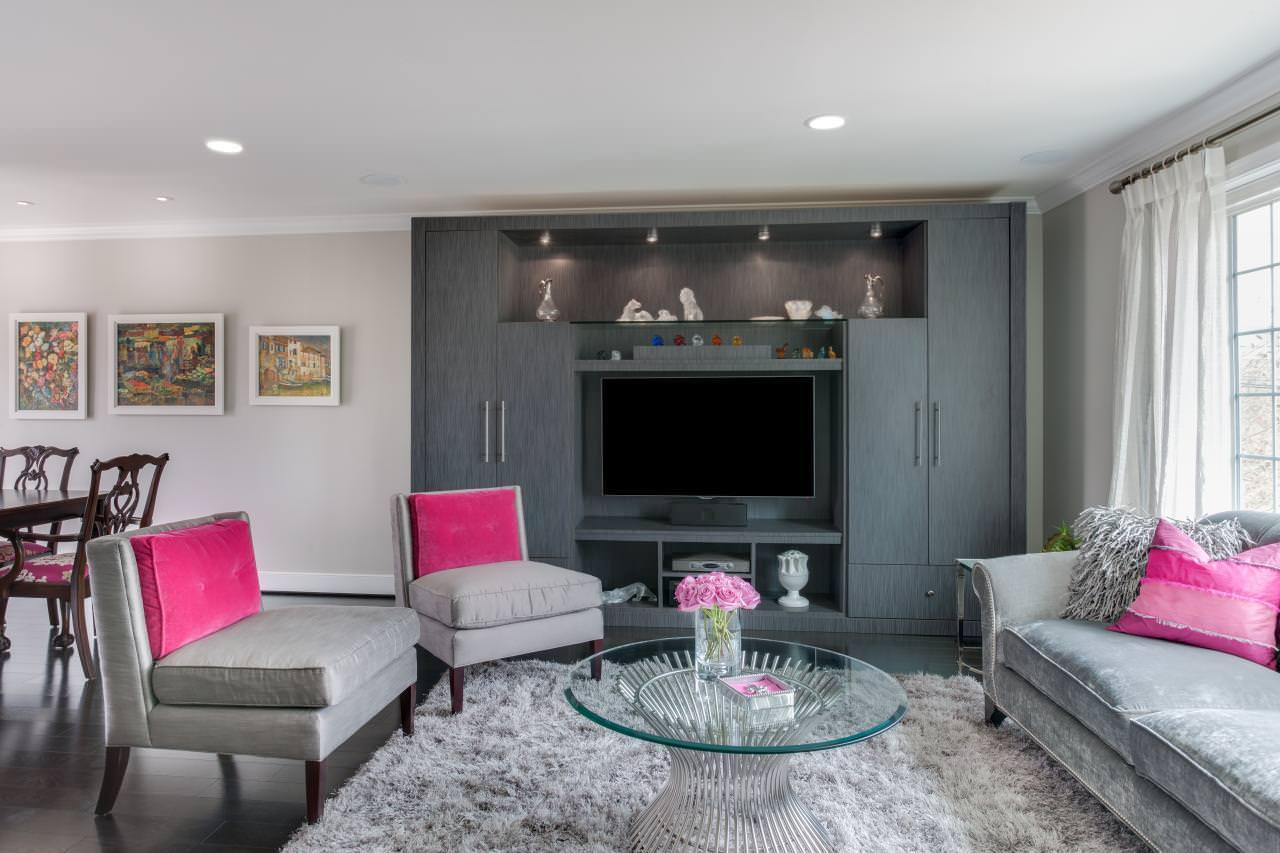 Розовые подушки в интерьере гостиной