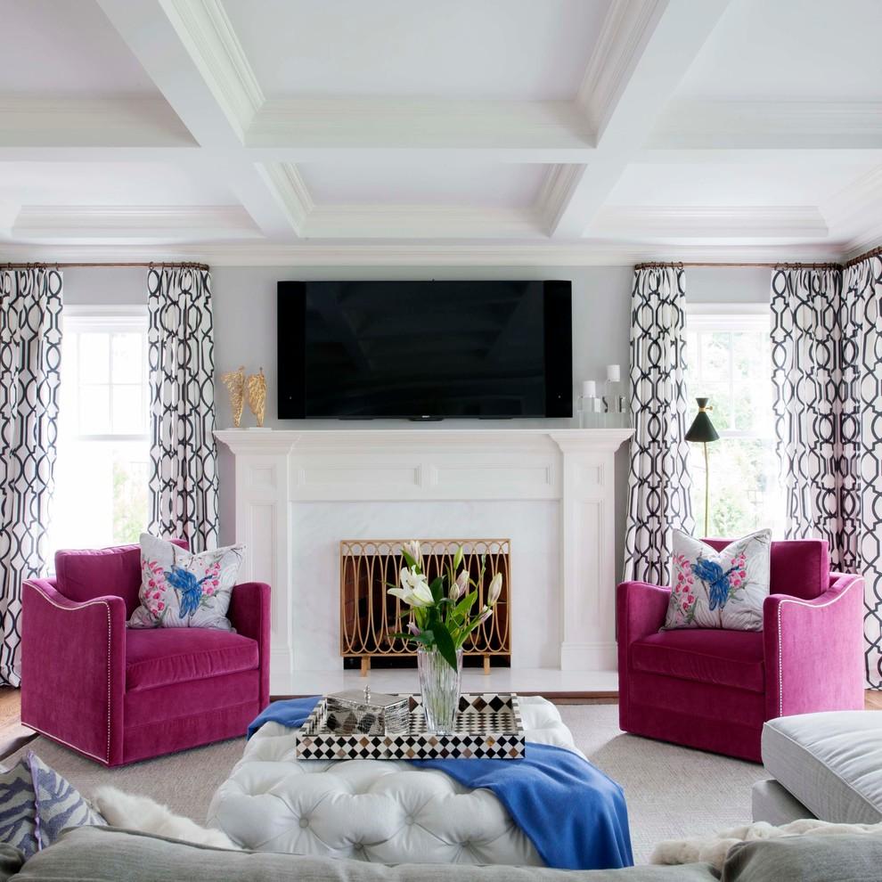 Розовые кресла в светлой гостиной