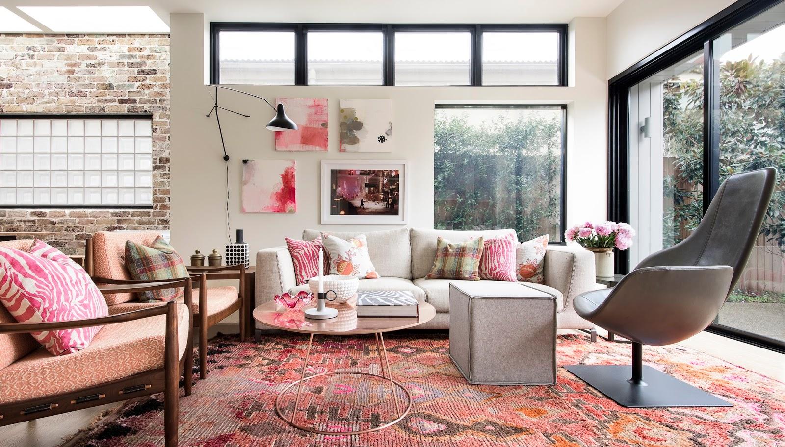 Розовые элементы в гостиной в стиле лофт