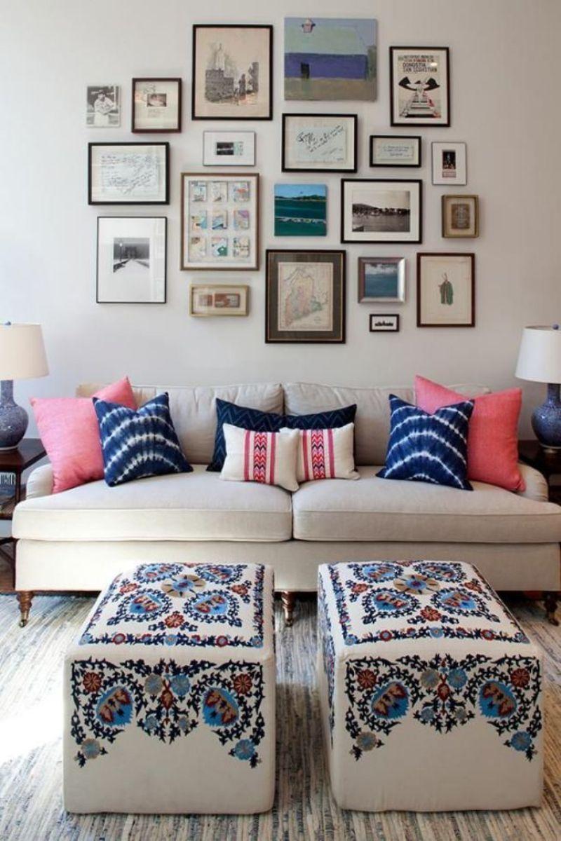 Розовые подушки в бежево-синей гостиной