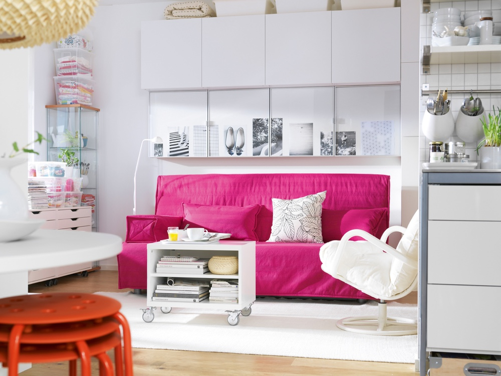 Розовый диван в гостиной-столовой