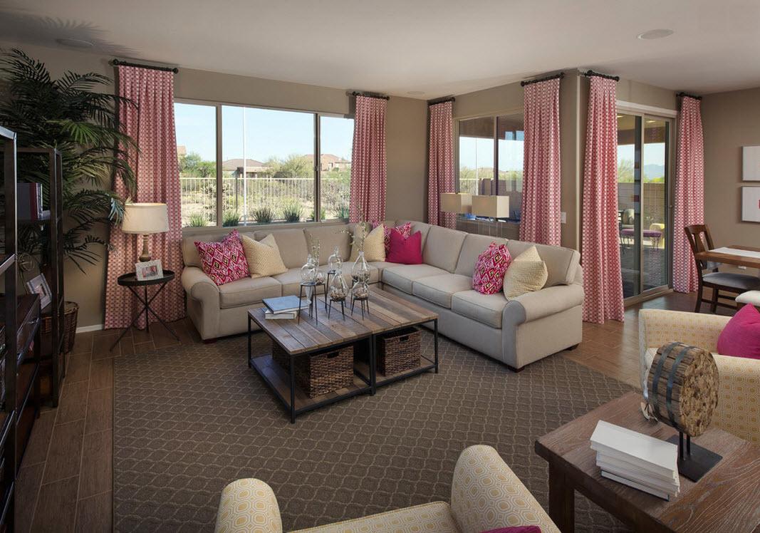 Розовые шторы и декоративные подушки в гостиной