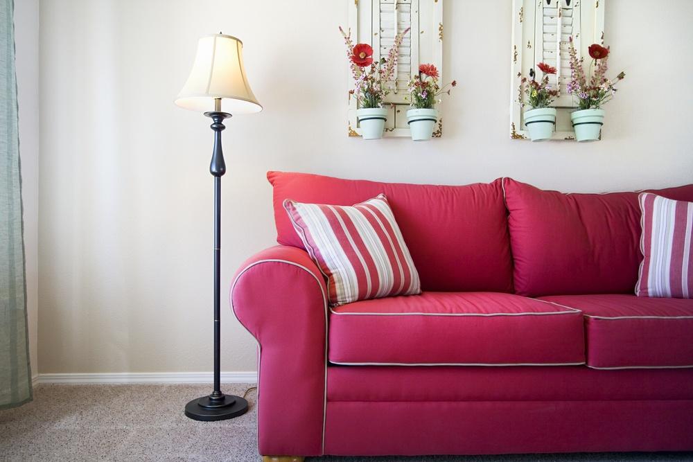 Мягкий розовый диван в светлой гостиной