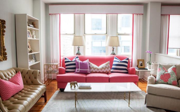 Розовый диван и акценты в интерьере