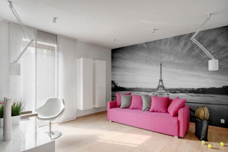 Розовый диван в минималистичной гостиной
