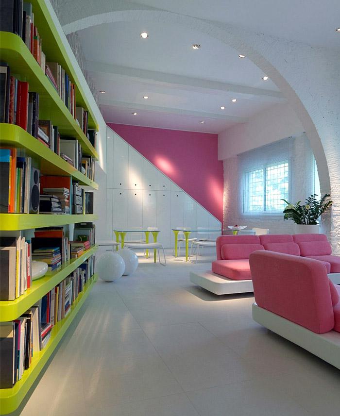Бело-розовые акценты в гостиной