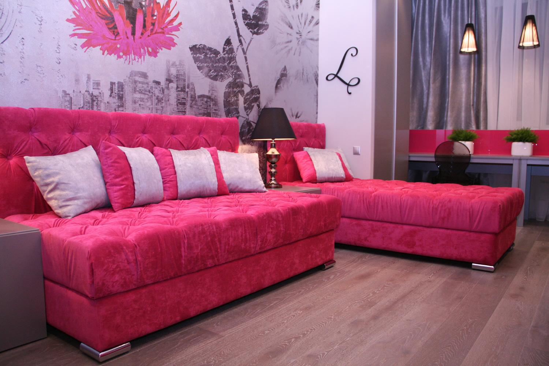 Модульная розовая мебель в гостиной