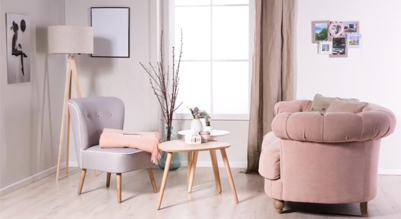 Розовое кресло и покрывало в гостиной