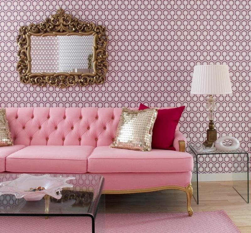 Золотисто-розовый диван в гостиной