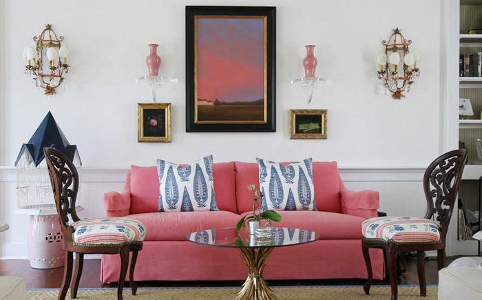 Розовые акценты и диван в гостиной