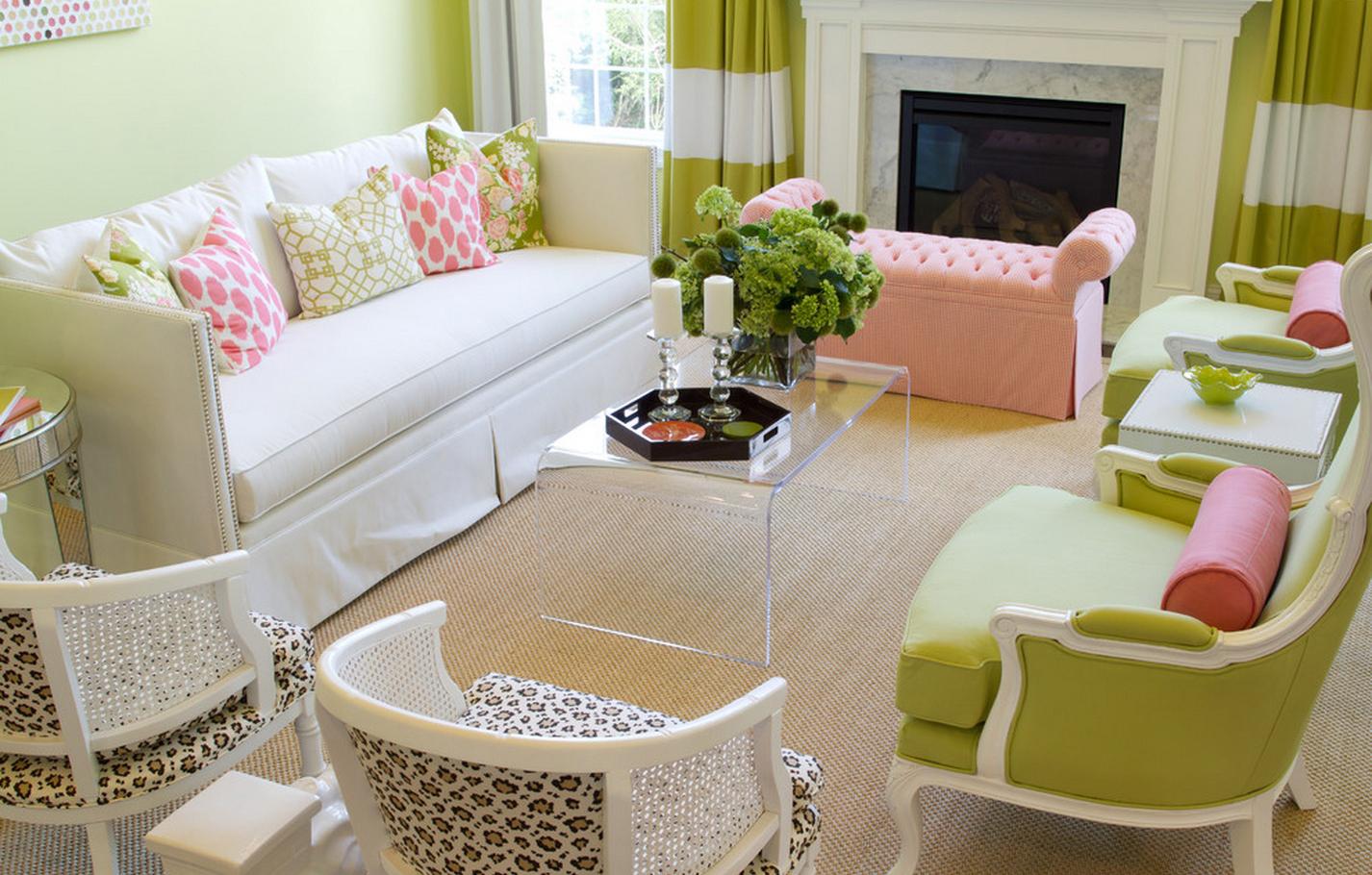 Розовый, салатовый, белый и бежевый цвета в гостиной