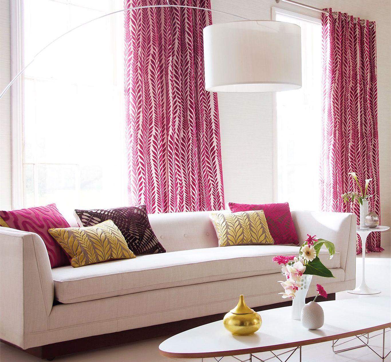 Розово-белые шторы и подушки в интерьере гостиной